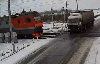 В Казахстане грузовик столкнулся с двумя поездами, есть жертвы