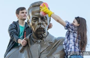 Российские студенты готовятся устроить памятникам Попову водные процедуры