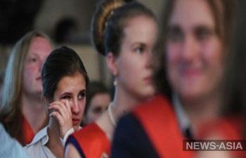 Подарок школьникам: Узбекистан искореняет выпускные балы, Таджикистан – «последние звонки»