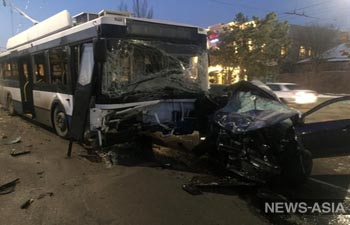 В Бишкеке троллейбус врезался в легковой автомобиль, есть жертвы