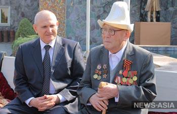 Посол РФ в КР Николай Удовиченко поздравил ветерана ВОВ со столетием
