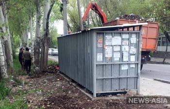В Октябрьском районе Бишкека начали убирать мусор, забытый после общегородского субботника