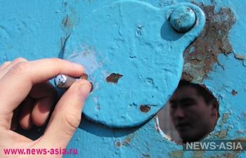 В киргизском СИЗО заключенный водил конвоира по изолятору как собаку, надев на него петлю