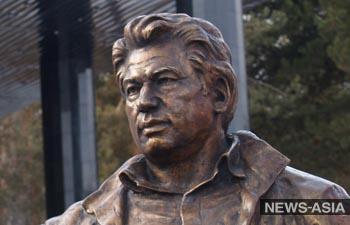 Российский скульптор передает Бишкеку стелу с изображением Айтматова
