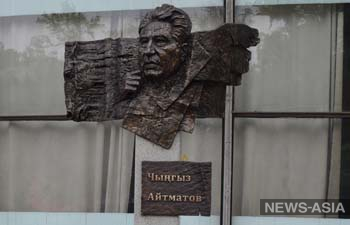 Российский скульптор передал Бишкеку стелу с изображением Айтматова