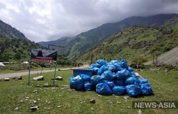 Около 4 тонн мусора собрали возле Кегетинского водопада в Кыргызстане (фото)