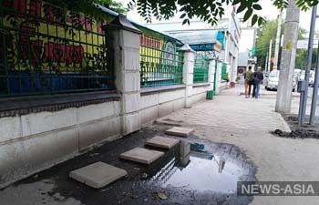 По тротуару у президентской трассы в Бишкеке горожане выложили мостик