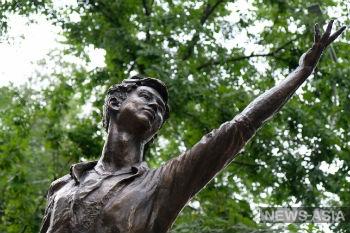 В Казахстане установили мемориал фигуристу Денису Тену