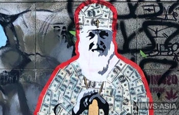 В Екатеринбурге священнослужителя облачили в рясу из денег