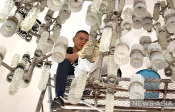 В кыргызском национальном музее ИЗО впервые за 40 лет помыли люстру