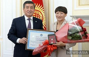 Президент Кыргызстана подарил квартиру первой чемпионке мира по борьбе
