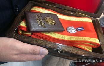 За верность долгу: глава МВД Кыргызстана вручил государственную награду Самату Курманкулову