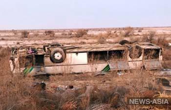 В Казахстане перевернулся автобус с нефтяниками, 8 человек погибли