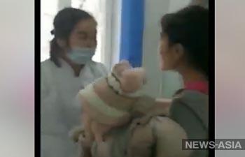 В Кыргызстане молодая мать обматерила медработницу и попыталась ее избить