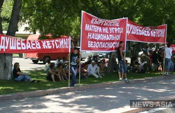 Противники нынешнего главы спецслужб Киргизии требуют его увольнения у депутатов