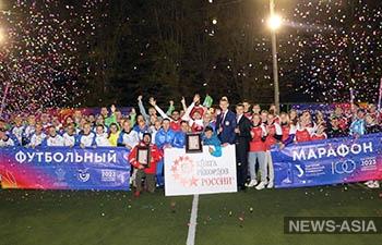 В Екатеринбурге 100 спортсменов 2023 минуты непрерывно играли в футбол