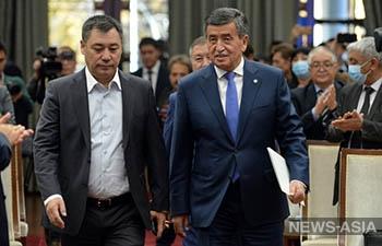 Сооронбай Жээнбеков добровольно сложил с себя полномочия Президента