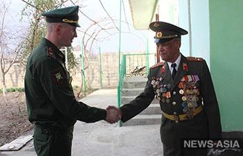 Российские военнослужащие в Таджикистане поздравили ветерана с Днем защитника Отечества