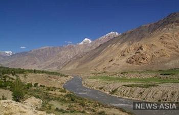 В Таджикистане упала в реку машина