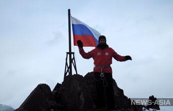 Альпинисты из Киргизии покорили пик Путина с российским флагом в руках