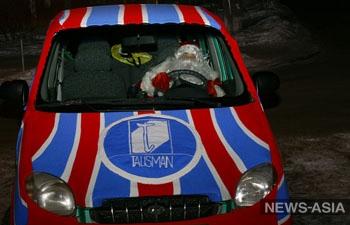По улицам Екатеринбурга курсирует вязаный автомобиль с Дедом Морозом за рулем
