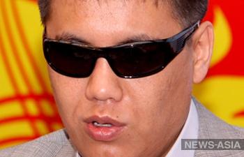 Незрячего киргизского парламентария вынудили продать квартиру из-за упреков коллег относительно его здоровья