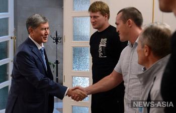 Чемпионы мира по боксу Александр Поветкин и Денис Лебедев прибыли в Киргизию на сборы