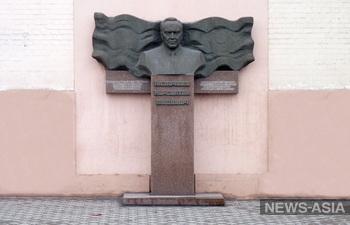 Граждане Казахстана требуют ликвидировать барельеф с Назарбаевым