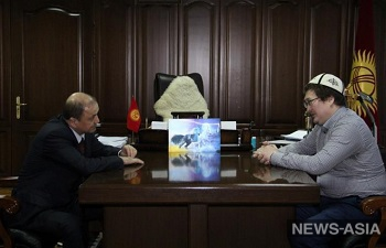Глава МВД Киргизии подарил теологу, пострадавшему от рук террористов, травматический пистолет