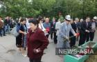 Возложить цветы на место трагедии и прочесть молитву в память о жертвах пожара пришли не только чиновники и родственники покойных, но и их соотечественники