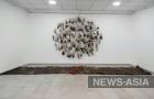 В Бишкеке к годовщине трагедии в выставочном зале Союза художников КР «Дубовый парк» имени С.А.Чуйкова открылся проект Жазгуль Мадазимовой «За красной линией»