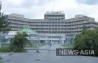 Разрушающееся здание гостиницы «Иссык-Куль», расположеное в перспективном районе Бишкека на правительственной трассе - лакомый кусок как для чиновников, так и для бизнеса.