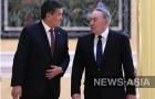 Президент КР Сооронбай Жээнбеков первым прибыл на мероприятие, разговор с казахским коллегой при встрече у него был достаточно теплым.