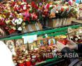 Соболезнования приходят в Кемерово со всех концов земного шара, в самом городе к импровизированному мемориалу люди несут живые цветы, иконки, свечи, детские игрушки.