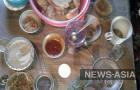 На столе оперативники обнаружили остатки застолья, ставшего для 47-летней сельчанки последним, а так же отпечатки пальцев подозреваемого.
