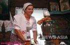 Хозяйка предлагает гостям отведать горячего чая