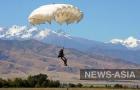 Парашютист совершает показательный прыжок с высоты -1600 метров