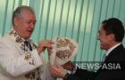 Темирбек Асанбеков вручает подарок Михаилу Федорову